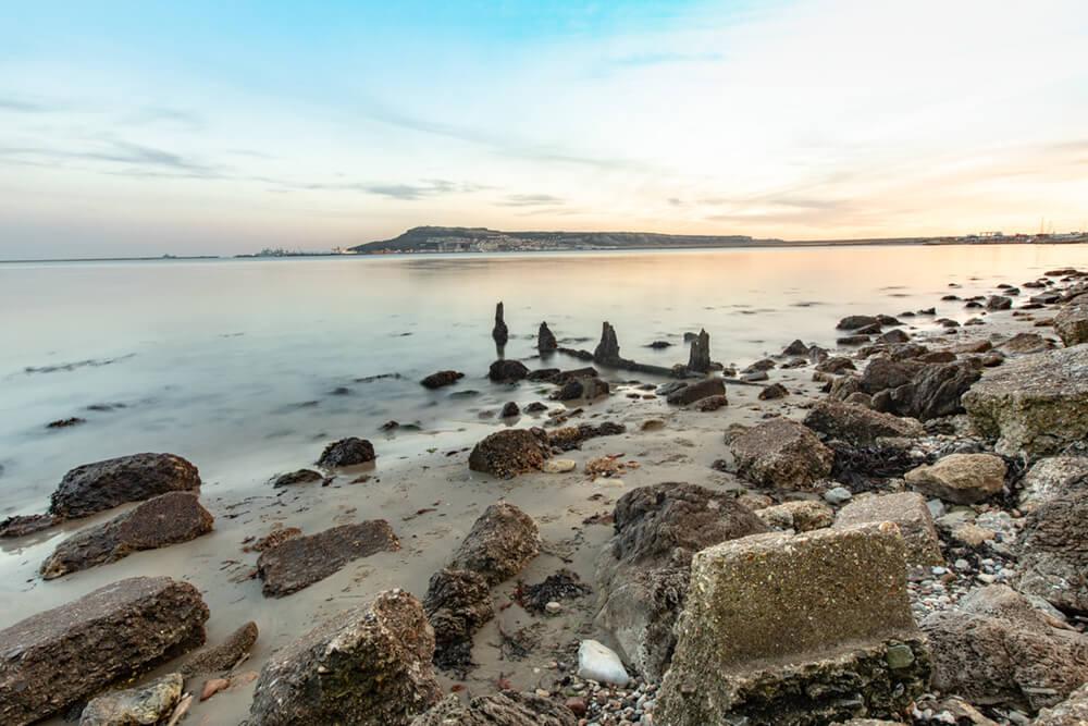 long-exposure-shot-stones-shore-near-portland-weymouth-dorset-uk